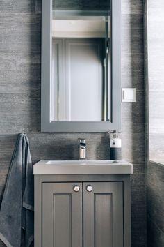 Baderomsmøblene er laget i gråmalt eik og passer godt inn til resten av interiøret. Cabin Bathrooms, Mountain Cottage, American Kitchen, Powder Room, Small Bathroom, Kitchens, Bespoke, Interior Design, House