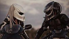 Motorradhelm im Predator-Look