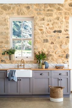 Open plan Country-style Kitchen Solid American oak benchtops are the standout feature in this kitchen in a country-style Adelaide Hills home, perfectly tying together the exposed stonework walls and polished concrete floors. Photography: Jacqui Way Modern Farmhouse Kitchens, Farmhouse Style Kitchen, Diy Kitchen, Home Kitchens, Kitchen Decor, Kitchen Stone Wall, Kitchen Rustic, Kitchen Hacks, Summer Kitchen