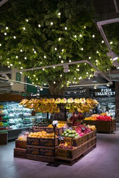 A new store Thread Collaborative designed in Hanam South Korea. Produce Displays, Fruit Displays, Retail Displays, Shop Displays, Merchandising Displays, Fruit And Veg Shop, Tienda Natural, Juice Bar Design, Retail Store Design