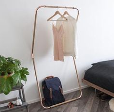 Kapstok uit hout en Koper Buy online: http://www.koperhuis.be/collections/storage/products/wardrobe