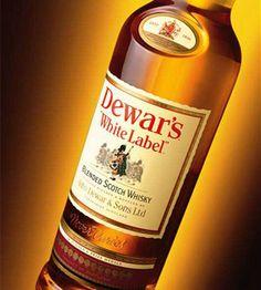 John Dewar fundó Dewar´s en Perth en 1846 enfocando en primer lugar su negocio al comercio de vinos y espirituosos. A principios de 1860 ya estaba experimentado con mezclas para producir whisky, por lo que podemos afirmar que fue uno de los pioneros en la fabricación de blending.