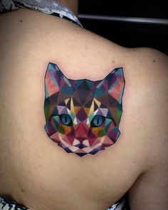 Tatuagem criada por Vinni Tattoo de Porto Alegre. Gato em mosaico colorido.