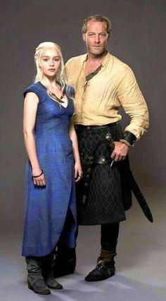 Daenerys (Emilia Clarke) & Ser Jorah (Iain Glen) in Game of Thrones George Rr Martin, Got Game Of Thrones, Game Of Thrones Funny, Winter Is Here, Winter Is Coming, Khal Drogo, Ser Jorah Mormont, Game Of Trone, Jon Snow