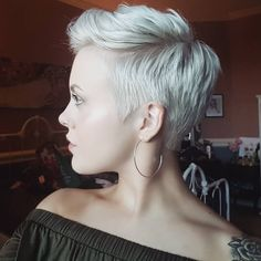 How to style the Pixie cut? Despite what we think of short cuts , it is possible to play with his hair and to style his Pixie cut as he pleases. Cute Hairstyles For Short Hair, Short Curly Hair, Pixie Hairstyles, Pixie Haircut, Pretty Hairstyles, Short Hair Cuts, Curly Hair Styles, Cortes Pixie Cut, Head Band