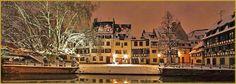Photo panoramique à la tombée de la nuit des maisons alsaciennes du quai de la Bruche sous la neige, à Noël, le long du canal de navigation de Strasbourg. Alsace photos, Noël au coeur de la Petite France, photos de Strabourg, Noël en Alsace.