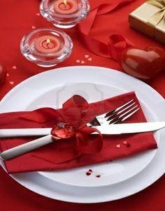 Ideas para decorar tu mesa éste 14 de febrero Pon servilletas rojas o blancas (de tela o papel), pero acomodarlas diferente. Puedes enrollarlas y ponerles un anillo o un atado hecho por ti, por ejemplo de listón.