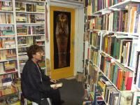 De Boekerij, Assen Emmie Krinen tussen honerdduizend boeken