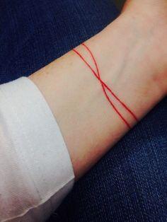 Tatuaje de dos franjas rojas