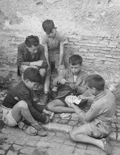 ITALIAN BOYS PLAYING CARDS 1948  sotto c'è scritto: il fanciullino