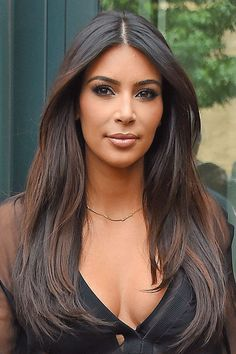 Looking for easy Kim Kardashian hairstyles? You are in the right place. This article illustrates different easy at the same time gorgeous haircut. So hurry up and scroll down for easy kim kardashian hairstyle Celebrity Hairstyles, Hairstyles Haircuts, Straight Hairstyles, Kim Kardashian Peinado, Kim Kardashian Hairstyles, Dark Brunette Hair, Brunette Color, Stylish Short Hair, Light Brown Hair