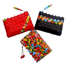 Trio carteras papel trenzado colores Paper Chains, Plastic Plates, Candy Wrappers, Candy Bags, Bottle Crafts, Bag Making, Purses And Bags, Weaving, Pouch
