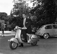 Joe di Maggio, campione di baseball ed ex marito di Marilyn Monroe, su una «Vespa», icona cult della «Dolce Vita» (13 giugno 1957)