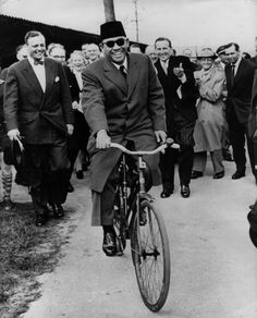 "Soekarno ""Bike to Nation"" Old Pictures, Old Photos, The Proclaimers, Photoshop Rendering, Dutch East Indies, Rare Images, Founding Fathers, My Idol, Presidents"