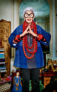 Iris Apfel (Astoria (New York), 29 augustus an American businesswoman, interiordesigner and fashion icon. Check out her documentary 'Iris' from 2014 Moda Hippie, Gypsy Style, My Style, Advanced Style, Ageless Beauty, Aging Gracefully, New Face, Irises, Mode Inspiration