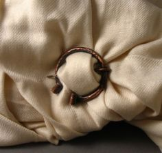 fasten-penannular-brooch