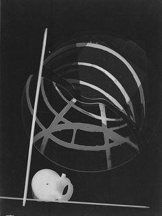 photogramme Laszlo Moholy Nagy 1925-     Bauhaus Walter Gropius, Sculpture Art, Sculptures, Centre Pompidou Paris, Laszlo Moholy Nagy, Ancient Goddesses, Wassily Kandinsky, Light And Shadow, E Design