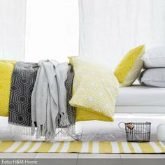 Für einen farblichen Energiekick im grauen Winter sorgt das warme Gelb der gemusterten Bettwäsche. Mehr farbenfrohe Schlafzimmerideen auf www.roomido.com/wohnideen/schlafzimmer/farben