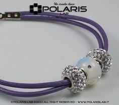 Bracciale a 1 giro di polso in cuoio glicine, con accessori scorrevoli brillanti. 1 turn of the wrist cuff leather violet, with bright accessories sliding.