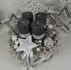 Hallo zusammen! Biete Euch hier einen schönen Wurzelkranz in dunkelgrau an. Ein wuchtiger Wurzelkranz dekoriert mit 4 Rustic Kerzen in dunkelgrau (Kerzenbrennschutz) die mit Sternenband...