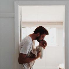 """""""Não é tão ruim assim ser mãe, é?"""" """"Não. Você gosta de ser pai?"""" """"Eu realizei um sonho."""" -- Adrian e cria"""