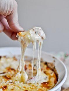 Alguns tomates e muito queijo. Pegue a receita aqui.
