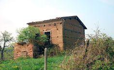 House made with pisé in the hamlet of Loure, Puy-de-Dôme, France)