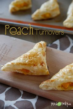 Turnovers Peach Turnovers // TriedandTasty In theme with it being National Peach Month!Peach Turnovers // TriedandTasty In theme with it being National Peach Month! Peach Puff Pastry, Puff Pastry Desserts, Puff Pastry Recipes, Mini Desserts, Just Desserts, Delicious Desserts, Yummy Food, Gluten Free Desserts, Strudel