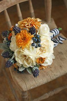 Ramo de rosas blancas, arandanos y flores amarillas