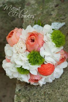 white peach wedding bouquet - buchet mireasa hortensie alba (www.maya-flowers.blogspot.ro) Wedding Bouquets, Maya, Floral Wreath, Peach, Wreaths, Decor, Hydrangeas, Floral Crown, Decoration