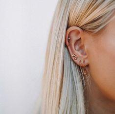 delicate earrings, multiple earrings in one ear, multiple ear piercings, dainty gold earrings, Piercing types Cute Ear Piercings, Multiple Ear Piercings, Cartilage Piercings, Unique Piercings, Different Ear Piercings, Tongue Piercings, Rook Piercing, Body Piercings, Piercings Bonitos