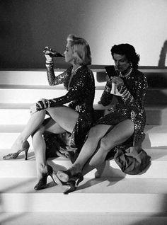 Мэрилин Монро и Джейн Расселл во время перерыва на съемках фильма «Джентльмены предпочитают блондинок». 1952 г. США.