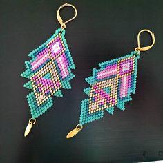 Il fallait bien faire une paire de boucles assorties a mon jolie collier plastron !!!! On sort les couleurs d'été .... Turquoise, rose fluo, violet ....
