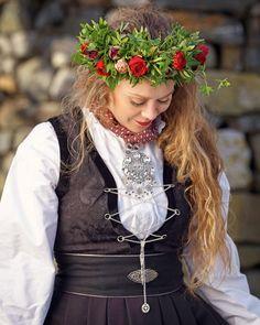 Rose Festdrakt dame | Valland Festdrakt Ethnic Fashion, Girl Hairstyles, Norway, Tanks, Blond, Fashion Dresses, Crown, Costumes, Girls