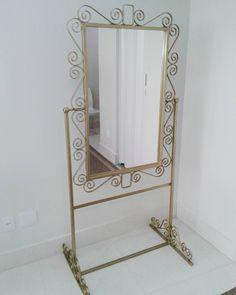 Espelho com pedestal todo trabalhado em arabescos com pintura dourada ..  》 》  Orçamentos 27 - 99727 9043 》》  》 》   #woods #style #acessorios #mulher #woman #brilho #personalidade #estilounico #desing #decoradoras #decor #ideias #estética #espelho  #blogueiras #art #arte #arabescos #vintage #homestyle #home #decoracao #cores