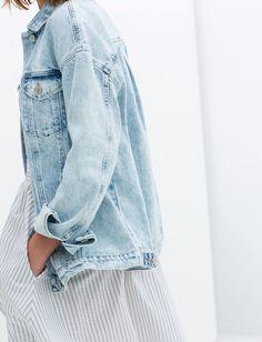 Rien de tel qu'une veste en jean clair légèrement oversize pour réchauffer une robe estivale ! (look Zara)