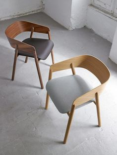 Contemporary chair / upholstered / fabric / oak - MAVA : by Stephanie Jasny - punt mobles