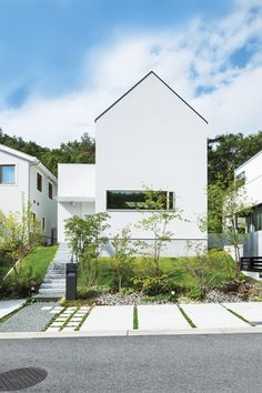 Minimalist Architecture, Japanese Architecture, Architecture Details, Interior Architecture, White Exterior Houses, White Houses, Triangle House, Small Buildings, Japanese House