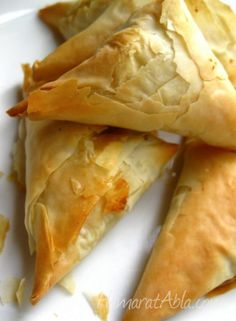 Spanakopita ~ Spinach & Feta authentic, really rich pie stuffed with spinach, onions, cheeses and herbs that are all enfolded by crispy, flaky phyllo dough. Tapas, Spinach Feta Pie, Quiches, Phyllo Dough, Greek Cooking, Brunch, Mets, Snacks, Appetisers
