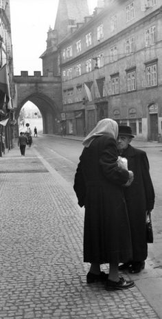 V Mostecké ulici, Praha, září 1961 Bucharest, Bratislava, Old Photography, Amazing Photography, Old Pictures, Old Photos, Prague Czech Republic, Heart Of Europe, Spring Break 2016