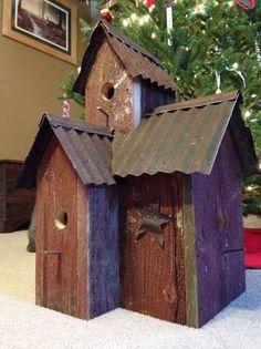 tin roof bird houses Rustic Birdhouses, Birdhouse Ideas, Bird House Feeder, Bird Boxes, Fairy Houses, Little Houses, Yard Art, Bird Feathers, Barn Wood