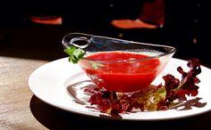 Os gusta el rojo? A Floren Domezáin le encanta poner sabor, color y nutrientes en todo! Este plato nos encanta! Es un licuado de remolacha con zanahorias y apio. Sano, sano y muy bueno! Las Raíces del Wellington.