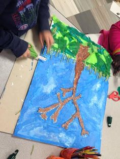 Elementary students learn how to work as a team, collaborate, cooperate and fine tune their leadership skills - all the while learning about trees, their growth, texture, and how multiple types of materials can be used effectively. #artsedchat #artsed #arteducation