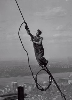 Lewis W. HineIcaro in cima all'Empire State Building o Il ragazzo del cielo, della serie Empire State, 1931 stampa ai sali d'argento, 8,8 x 6,5 cmNew York, George Eastman House, International Museum of Photography and Film