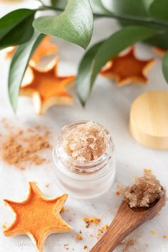 Learn how to make a DIY holiday lip scrub in a delicious spiced orange flavour. This sweet and spicy lip scrub recipe incorporates sweet orange essential oil with a dash of cinnamon for a scent that's reminiscent of warm mulled cider. Easy natural recipe that's edible, moisturizing and plumping! #lipscrub #alifeadjacent #sugarscrub Sugar Scrub Homemade, Homemade Lip Balm, Sugar Scrub Recipe, Homemade Recipe, Lip Balm Recipes, Orange Lips, Sweet Orange Essential Oil, Diy Scrub, Peppermint Candy