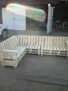 Pallet Outdoor Furniture This piece is so nice that you could use this Pallet Sectional Sofa indoors or out! This took six pallets to … - This piece is so nice that you could use this Pallet Sectional Sofa indoors or out! Pallet Furniture Plans, Pallet Furniture Designs, Wooden Pallet Projects, Furniture Projects, Pallet Ideas, Diy Sofa, Diy Furniture Couch, Furniture Vintage, Outdoor Furniture
