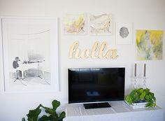 Nesta sala, Cassandra apostou em muitos quadros com tons leves, acompanhando a decoração neutra do espaço (Foto: Divulgação)