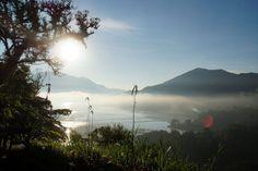 Magisches Licht über einem nebelverhangenen See - besonders im Gegenlicht eine Herausforderung. Die tiefstehende Sonne erzeugt Blendenreflexe auf dem Foto. Diese lassen sich mit einer Gegenlichtblende vermeiden. Mehr Tipps und Tricks auf http://www.fotos-fuers-leben.ch/
