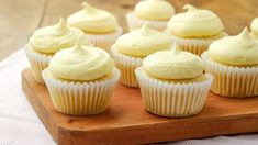 Fresh mangoes are the key to these fresh-tasting yet delicious cupcakes. You get a burst of sweet mango flavor from every bite into one of these cupcakes. Mango Cupcakes, Mango Cake, Caramel Cupcakes, Yummy Cupcakes, Cupcake Flavors, Gourmet Cupcakes, Cupcake Recipes, Cupcake Cakes, Dessert Recipes
