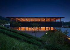 竹中工務店による第11回芦原義信賞を受賞した神戸国際中学校・高等学校 河野 記念アルモニホールは、緑豊かな周辺環境と呼応するような木架構の体育館です。